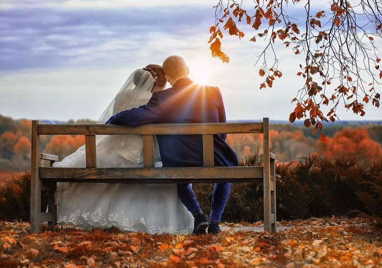 """Wybór miesiąca na ślub wcale nie powinien być taki przypadkowy i wybrany na zasadzie """"bierzemy, bo jest wolny termin"""". Jak się okazuje dobór miesiąca"""