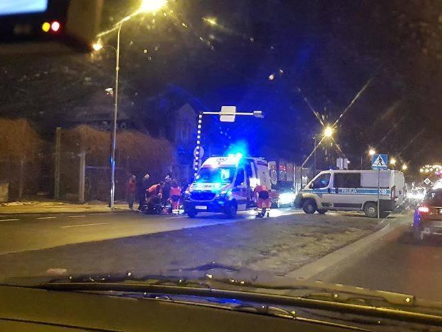 Policjanci pracują na miejscu wypadku na ul. Lwowskiej na wysokości szpital w Rzeszowie. Około godz. 18 doszło tam prawdopodobnie do potrącenia osoby