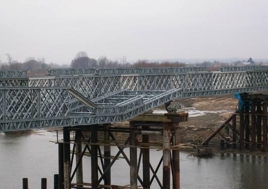 Pierwsza z dróg prowadzących do tymczasowego mostu powinna być przejezdna do początku marca. MZD ogłosił przetargi na przebudowę dróg dojazdowych do