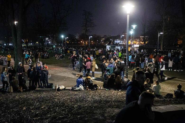 Tłumy na Wyspie Słodowej korzystają z ciepłego, niemal wiosennego wieczoru - 25.02.2021