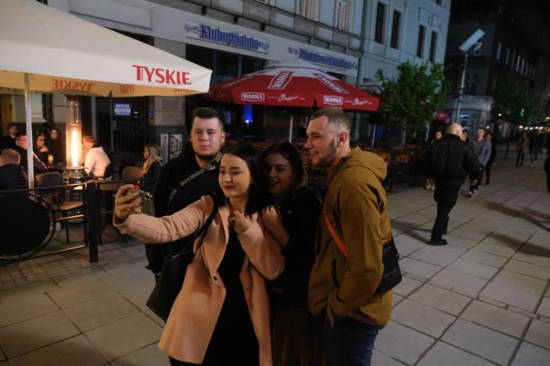 Na ulicy Mariackiej w Katowicach wszyscy bawili się jak kiedyś. Nie brakowało też amatorów uwiecznienia tej poniekąd historycznej chwili!