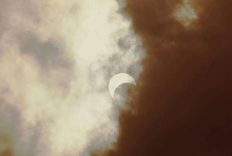 Najważniejsze przy obserwacji zaćmienia Słońca jest bezpieczeństwo. Nie wolno patrzeć na Słońce bez odpowiedniego zabezpieczenia. Z pomocą przyjdą specjalne