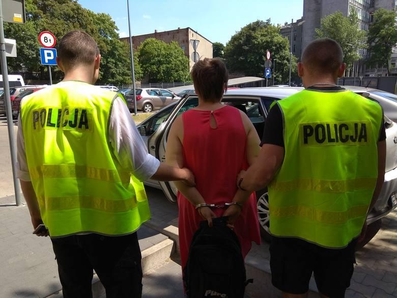 35-letnia łodzianka trafiła do aresztu po tym, jak policjanci znaleźli ją pijaną przed rozgrzaną przyczepą campingową, w której przebywała jej 2-letnia