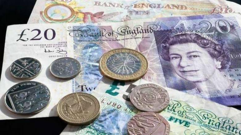 Narodowy Bank Polski szacuje, że Polacy przebywający w krajach Unii Europejskiej przesyłają z powrotem do Polski 4 miliardy euro