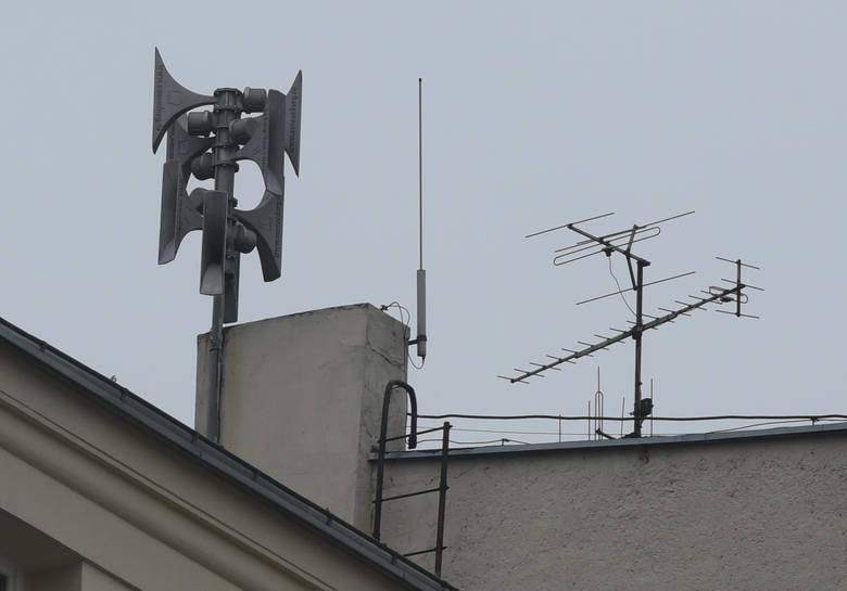 Syrena alarmowa na dachu budynku, zdjęcie ilustracyjne