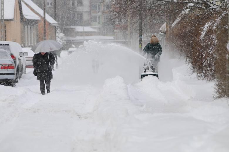 Taką srogą zimę przeżywaliśmy w 2010 roku. Na zdjęciu fotografie z grudnia 2010 roku. Podobnie jednak było i w styczniu, gdy w ciągu jednej nocy śniegu