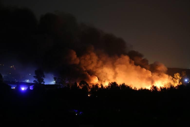 Pożar w Sosnowcu. Płomienie ogarnęły wysypisko odpadów na ulicy Radocha Zobacz kolejne zdjęcia. Przesuwaj zdjęcia w prawo - naciśnij strzałkę lub przycisk