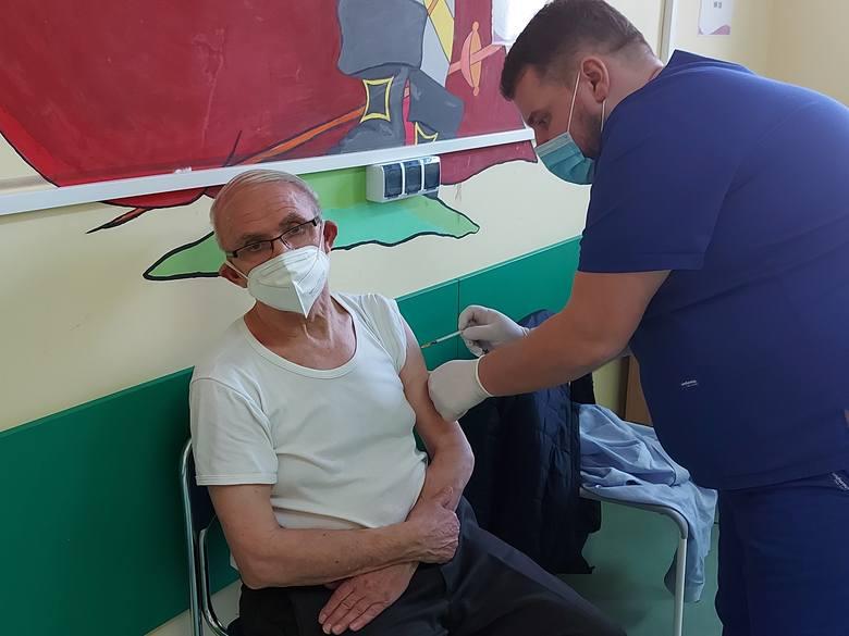 W środę 31 marca w czeladzkim szpitalu seniorzy szczepieni byli szczepionką Pfizer Zobacz kolejne zdjęcia/plansze. Przesuwaj zdjęcia w prawo - naciśnij
