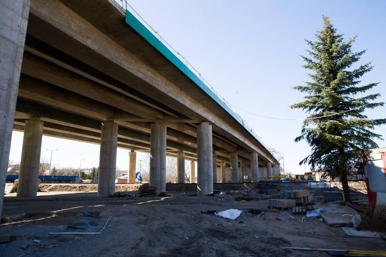 Choć prawie gotowy jest wiadukt i jezdnie, nie ma szans, by budowa przedłużenia ul. Sitarskiej zakończyła się w terminie. Umowa z wykonawcą będzie przedłużona.