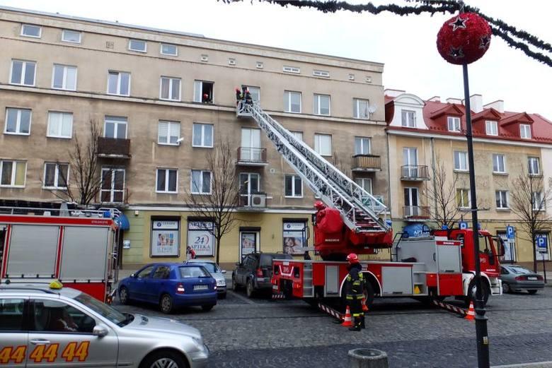 Ul. Suraska. Straż pożarna pomagała uratować życie mieszkańca (zdjęcia, wideo)
