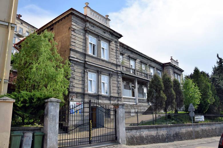 Prof. Zbigniew Brzeziński od wielu lat fundował stypendia dla najzdolniejszych uczniów II Liceum Ogólnokształcącego w Przemyślu. Na zdjęciu podczas jednej