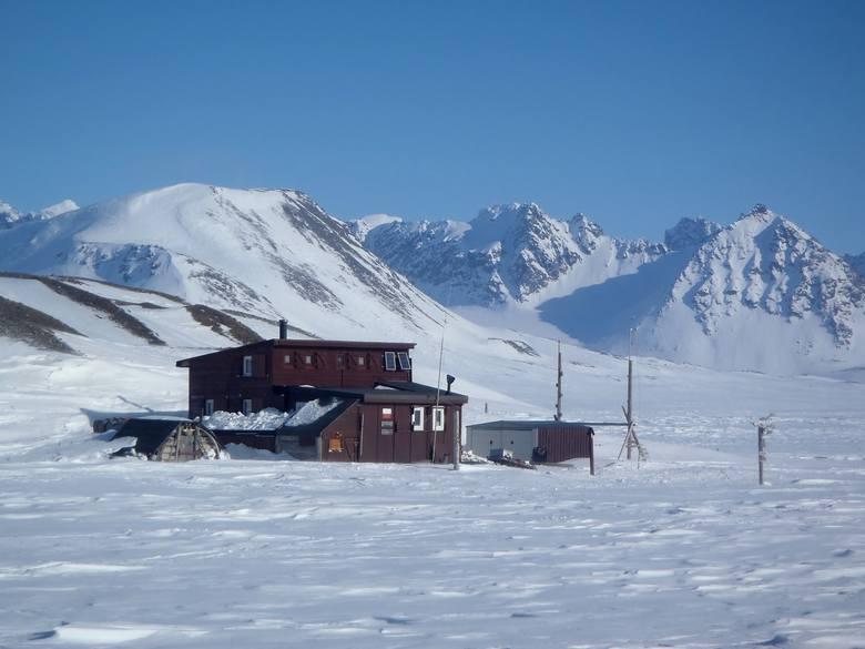 Słońce nie zachodzi na Spitzbergenie przez cztery miesiące w roku. Codzienność badaczy z UMK to projekty naukowe, ale i codzienne zmaganie o przetrwanie
