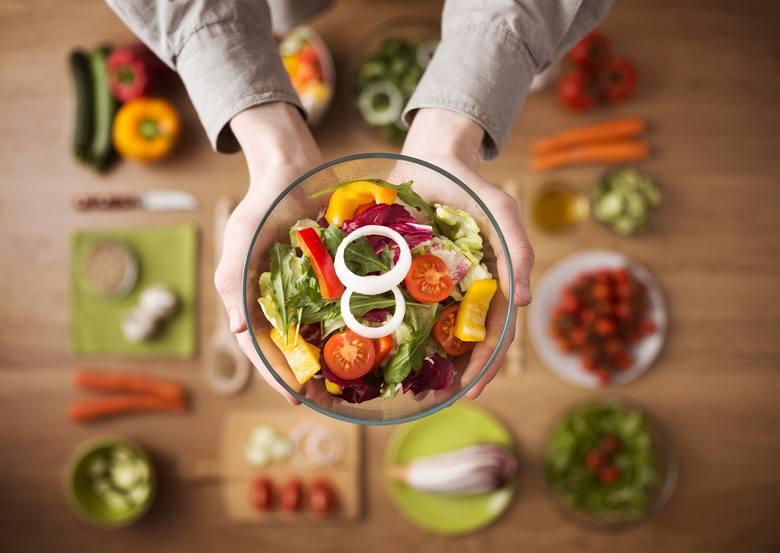 Witaminy to składniki niezbędne dla zdrowia, które musimy przyjmować z dietą. Współczesna żywność i styl życia sprawiają jednak, że coraz częściej mamy