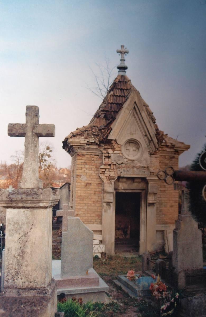 Niszczejąca kaplica Wesołowskich na cmentarzu w Złoczowie, w której spoczywają: dr Józef  Wesołowski (1817-1891) - poseł na Sejm Krajowy i wiceprezes Rady Powiatu Złoczowskiego - oraz jego syn Stanisław Wesołowski (1852-1923) - burmistrz Złoczowa.<br /> <br />
