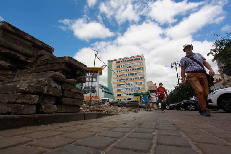 Plac przy Rywalu jest porządkowany i grodzony. Czy powstanie tam hotel?