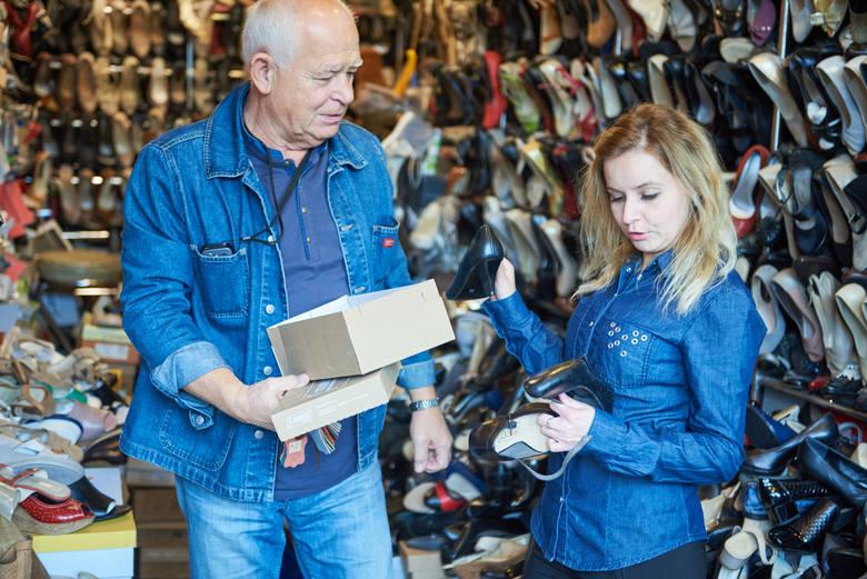 Elżbieta Kielech-Frąk prowadzi sklep z artykułami fryzjerskimi przy ul. Zamojskiej 33. Jako ekspedientka pracuje już dwadzieścia pięć lat. Wcześniej