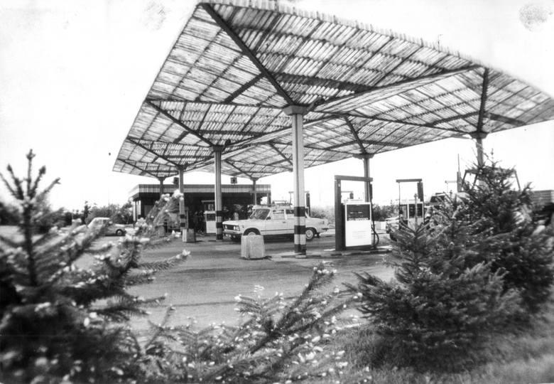 Dzisiaj stoją prawie na każdym kroku, kiedyś były rzadkością (choć - trudno w to uwierzyć - stacja paliw stała na wrocławskim Rynku). W PRL-u ustawiały