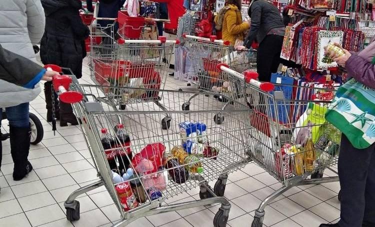 W których sklepach znanych sieci zakupy są najtańsze? Oto porównanie cen koszyka z zakupami zawierającego 50 standardowych produktów kupowanych na co