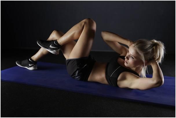 Ćwiczenia na mięśnie brzucha – od czego zacząć, jak ćwiczyć i jak utrzymać efekty?