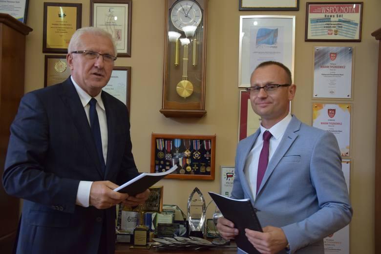 Wadim Tyszkiewicz, prezydent Nowej Soli i Piotr Królikiewicz, dyrektor techniczny oddziału zachodniego Moris Polska - zawarcie umowy o wartości 22 mln zł