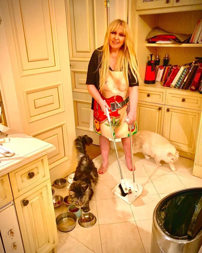 Spacer po domu Marli Rodowicz zaczynamy od kuchni, bo piosenkarka nie stroni od gotowania i pieczenia. Kuchnia urządzona jest w jasnych kolorach, meble
