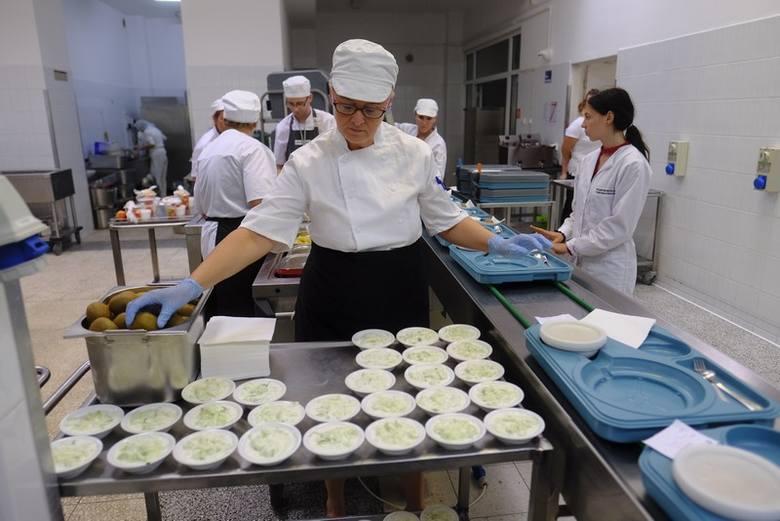 - Jedzenie jest domowe, a produkty wysokiej jakości, zawsze świeże i przede wszystkim sezonowe – tak według zapewnień kierownictwa gotuje nowa kuchnia