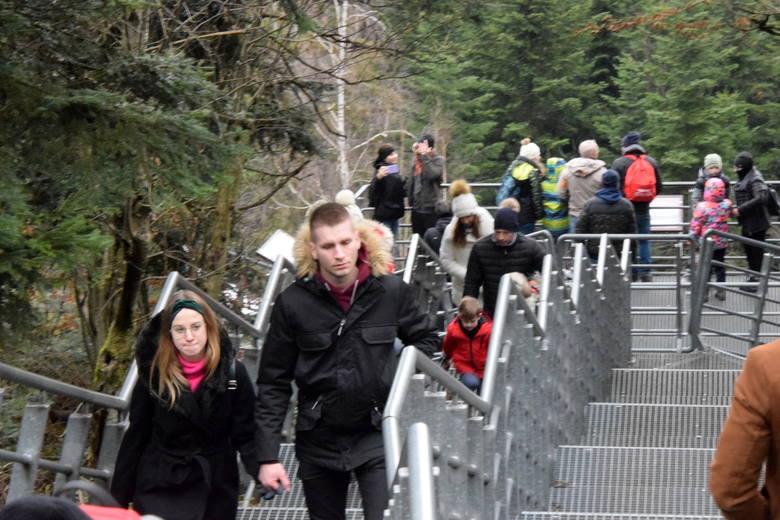 Tłumy turystów zjawiły się w niedzielę, 3 stycznia, na Świętym Krzyżu. Na Łysą Górę wchodzono zarówno od strony Huty Szklanej, jak i Drogą Królewską