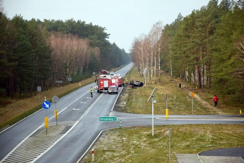 Czołowe zderzenie dwóch toyot na drodze Szczecin - Chociwel. Ranni kierowcy. Ruch wahadłowy ZDJĘCIA, WIDEO