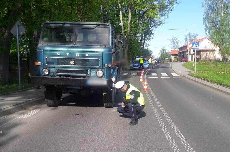Więcki. Ciężarówka potrąciła 16-latkę. Dziewczyna trafiła do szpitala