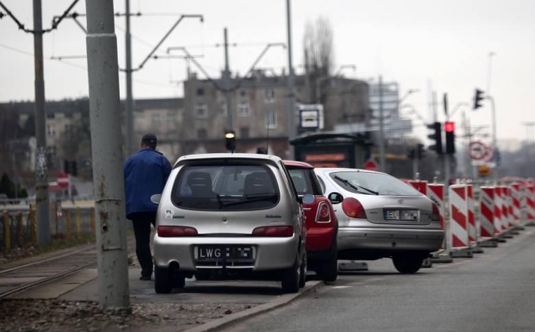 Auta prawie na przystanku! Źle parkują na Żeromskiego. Łódzka drogówka zapowiada kontrole [zdjęcia]