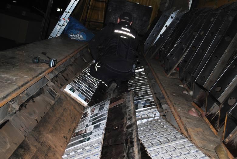 2500 paczek papierosów, bez znaków polskiej akcyzy skarbowej, chciał przemycić z Ukrainy do Polski, 42-letni kierowca ciężarówki. Kontrabandę ukrył w