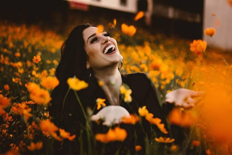Wraz z nadejściem jesieni nasze samopoczucie zazwyczaj bardzo się pogarsza. Odczuwamy senność, brak energii, rozdrażnienie i przygnębienie. Nic nam się