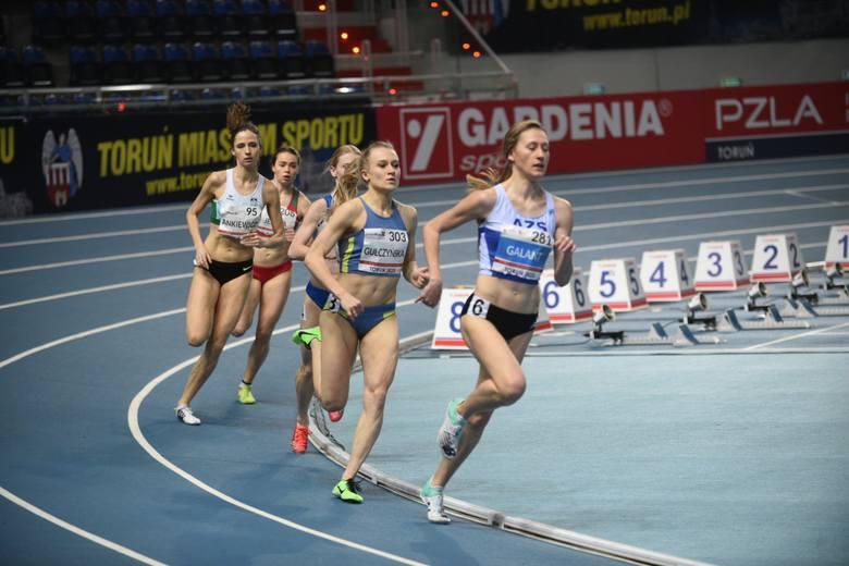 Sobota była pierwszym dniem tegorocznych halowych mistrzostw Polski w lekkiej atletyce, które odbywają się w Arenie Toruń. Komplety medali rozdano m.in.