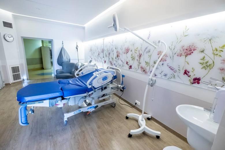 Pod koniec 2018 roku w szpitalu odbył się duży remont - zmodernizowano oddział położniczy. Porody mogą odbywać się w 10 salach, które wyposażono tak, żeby przypomniały pokoje w domu. <strong>Zobacz, jakie warunki dla mam oferuje Polna. Oto zdjęcia. Przejdź dalej ---></strong><br /> <br />
