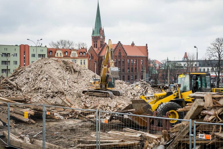 Zakończył się etap wyburzeń kamienic pod przyszłą przebudowę ulicy Kujawskiej. Za chwilę sprzątanie po wyburzeniach pod zaplecze budowy w centrum Bydgoszczy.Zostały