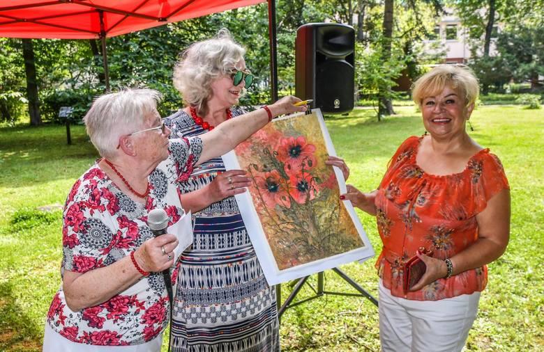 Licytacje obrazów, prac rękodzieła artystycznego, a wszystko przeplatane wspólnym śpiewem piosenek biesiadnych - w środę (15 lipca) w Ogrodzie Botanicznym