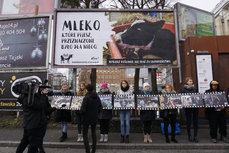 Na placu Wiosny Ludów w Poznaniu pojawił się nowy billboard - to element akcji Białe Kłamstwa, organizowanej przez fundację Viva! Akcja dla zwierząt.