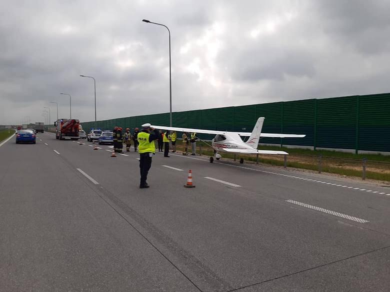 Awaryjne lądowanie awionetki na autostradzie A1 pod CzęstochowąZobacz kolejne zdjęcia. Przesuwaj zdjęcia w prawo - naciśnij strzałkę lub przycisk NA