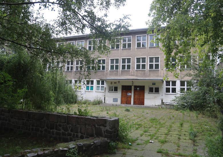 """Zmieni się Kwartał 21, czyli miejsce po dawnej szkole """"Maciusia"""". Deweloper postawi tam mieszkania"""
