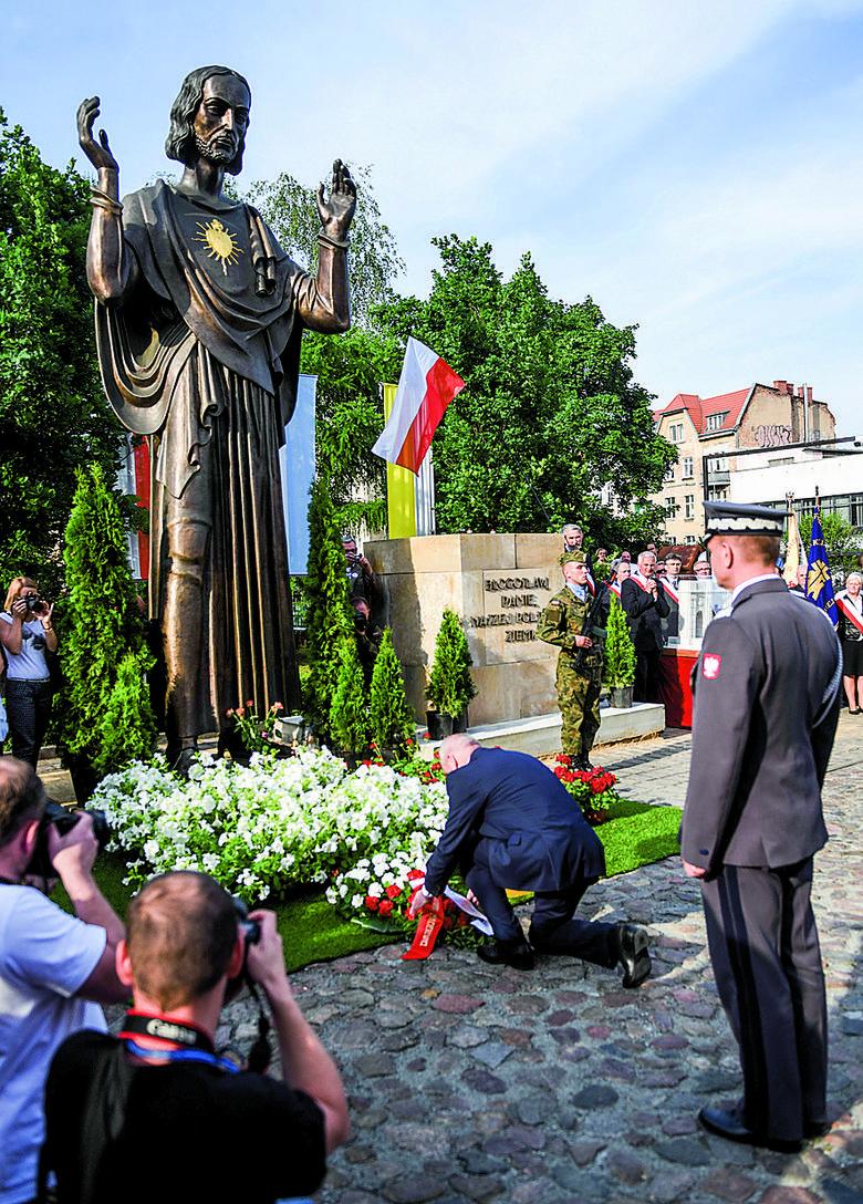 W dniu odsłonięcia pomnika na placu obok zamku zgromadziły się tysięczne tłumy wiernych. To była swoista manifestacja przywiązania do Kościoła.