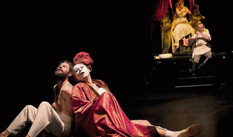 """Zakopane to Teatr im. St.I. Witkiewicza, który z okazji ŚDM przygotował specjalne przedstawienia. Na zdjęciu scena ze spektaklu pt. """"Metafizyka dwugłowego cielęcia"""""""