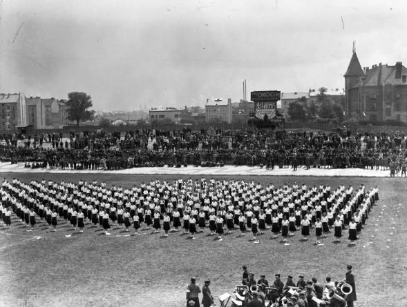 Maj 1934 r.,  Święto sportowe na stadionie Cracovii. Kobiety podczas pokazu gimnastycznego. Z przodu orkiestra dęta