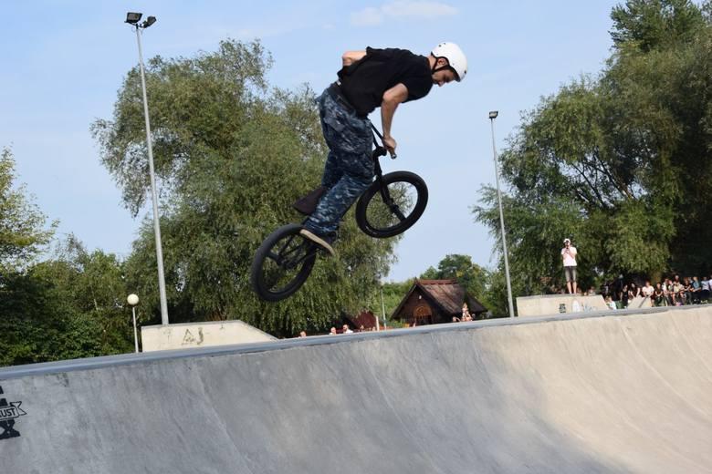 """Na torze skate park w parku Krasnala II w sobotę 24 sierpnia odbyły się doroczne zawody BMX freestyle """"Ride or Die"""", w których wzięło udział kilkudziesięciu"""