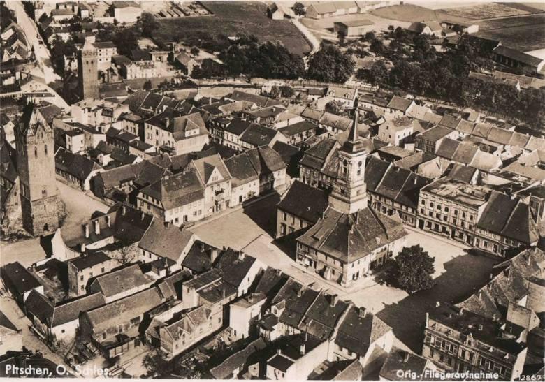 Rynek w Byczynie z lotu ptaka, pocztówka z lat 30. ubiegłego wieku. W środku widać zabytkowy Ratusz, w którym do dzisiaj mieści się urząd miejski. Stara