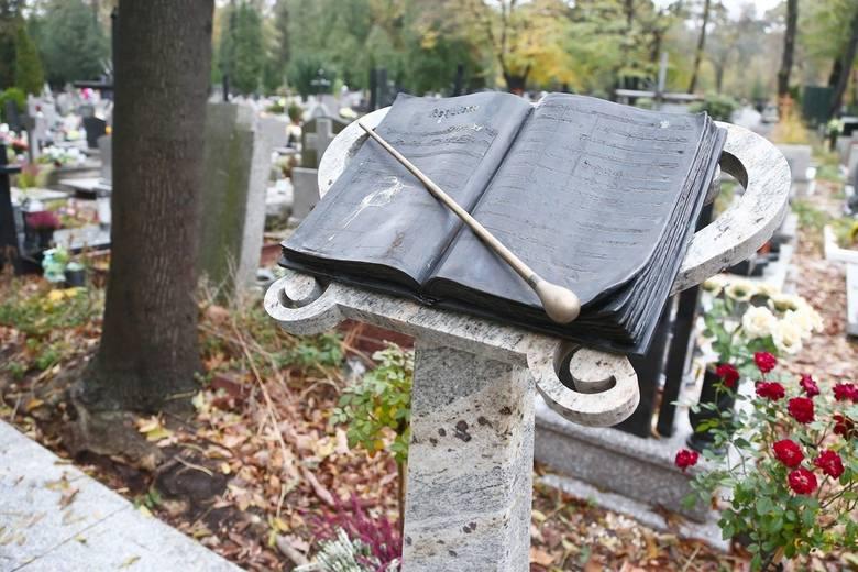 W tym roku cmentarze są zamknięte na Wszystkich Świętych. Można tam jednak wejść wirtualnie, dzięki naszej galerii. Przypominamy Wam, że na cmentarzach