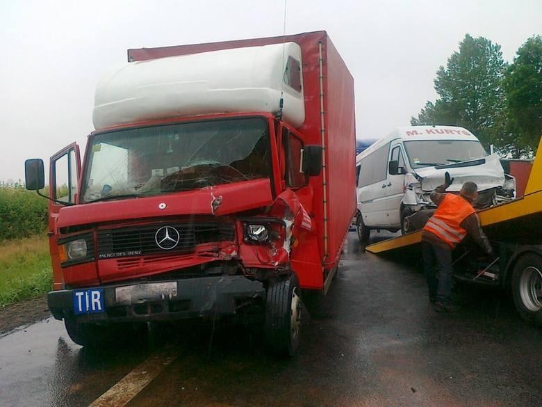 """Na drodze 92 - dawnej krajowej """"dwójce"""" - koło Trzciela zderzyło się sześć samochodów."""