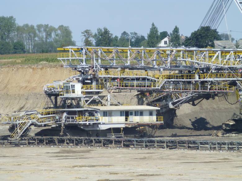 Odkrywka to nic innego, jak wielka dziura w ziemi. Potężne koparki tak długo zdejmują kolejne warstwy, aż dokopują się do węgla brunatnego.