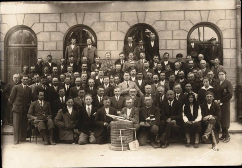 Dziedziniec rozlewni miodu Spółdzielni Związku Pszczelarzy przy ul. Staszica 5 ok. 1948 r. - beczki z miodem na eksport. Rozlewnia działała do 1949