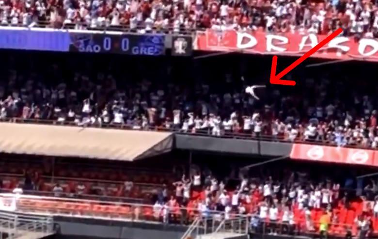 Do dramatycznych scen doszło podczas meczu w brazylijskiej ekstraklasy pomiędzy Sao Paulo FC - Gremio Porto Alegre. W pewnym momencie dorosły mężczyzna
