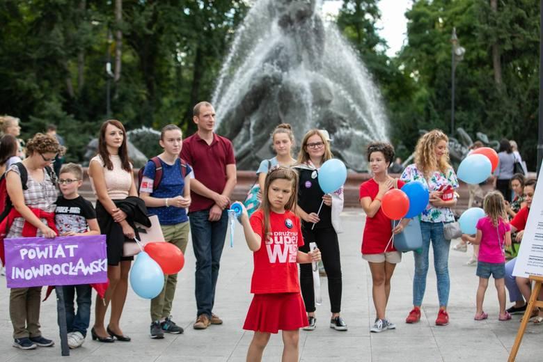 W środę o godz. 17 na Placu Wolności w Bydgoszczy odbył się happening Szlachetnej Paczki. Wolontariusze zatańczyli poloneza przy Fontannie Potop i Ławeczce
